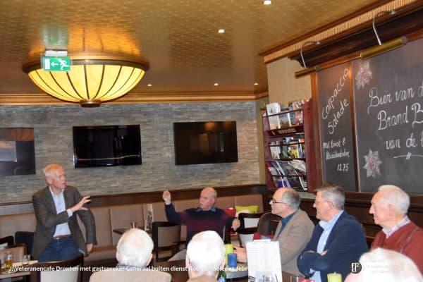 Rob Bertholee in gesprek met veteranen