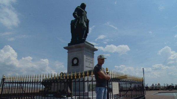 Oud-marinier houdt de wacht bij beeld van Michiel de Ruyter